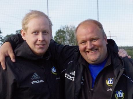 """Matfors tränarduo Andreas Jonsson och Tobias Sjölund förde upp Matfors IF till division 3. Det blir emellertid bara Andreas som följer med Brukets Blå upp i trean då """"Tobbe"""" nu tackar för sig efter två år som huvudansvarig. En uppgift som nu Andreas övertar medan """"Tobbe"""" tar över rollen som sportchef. . Foto: Pia Skogman, Lokalfotbollen.nu."""