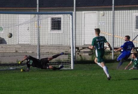 I den 91:a minuten rinner inhopparen Oliver Spjut igenom och trycker dit Matfors segerboll i hemmapremiärem mot Östavall.Foto: Pia Skogman, Lokalfotbollen.nu.
