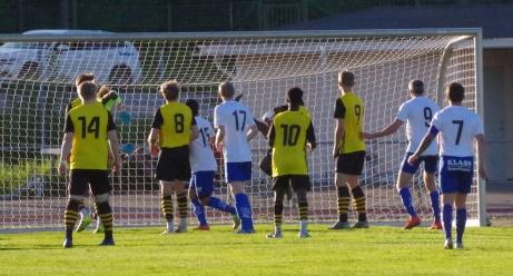 En kvart efter ledningsmålet håller sig Oliver Lundgren ånyo framme efter en hörna och nickar in 2-0 till sitt IFK Sundsvall. Foto: Pia Skogman, Lokalfotbollen.nu.