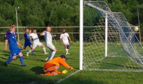 Bollen i mål vid nr 3 . Foto: Pia Skogman, Lokalfotbollen.nu