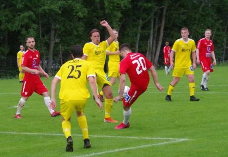 Bleart får grepp om bollen och det resulterar i 2-1 bara sådär...Foto: Pia Skogman, Lokalfotbollen.nu