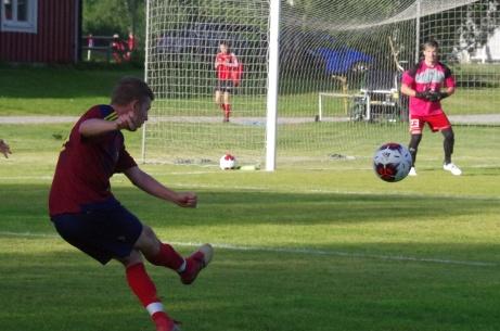 Henric Nylund lyfter in bollen som Stefan Näslund kan nicka in 1-0 på. Tid 19 sekunder!. Foto: Pia Skogman, Lokalfotbollen.nu