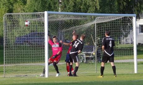 Henric Nylund har precis förlängt Stefan Näslunds nickpass med huvudet till 2-0. Foto: Pia Skogman, Lokalfotbollen.nu