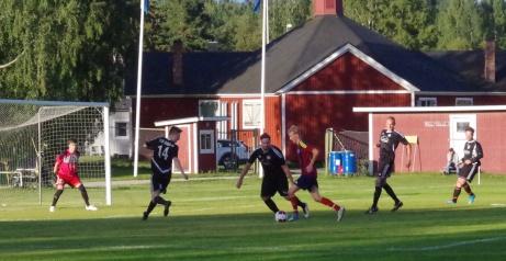 Medskogs ser ut att ha full kontroll på bollen men i momentet senare har Anders Frisendahl dundrat bollen i ribban och Stefan Näslund nickat in returen till 3-0. Foto: Pia Skogman, Lokalfotbollen.nu