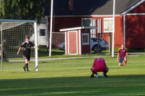 Gästernas keeper Markus Holdo deppar efter Henric Nylunds 4-0-mål. Foto: Pia Skogman, Lokalfotbollen.nu