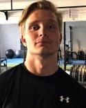 Jocke Wickberg verkar ha tränat skottfoten på gymmet.
