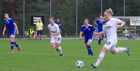 SDFF 2 vann med 8-0 borta mot Matfors i höstpremiären. Här skickar Jennifer Larsson in 1-0 på straff i minut 19. Foto: Pia Skogman, Lokalfotbollen.nu.