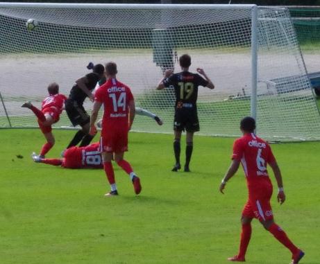 Stöde vann med 2-0 hemma mot Skellefteå. På bilden vänder Sani Tahir in mot centrum och drar upp bollen i krysset med sin vänsterdoja och tredje raka segern säkrad. Foto: Pia Skogman, Lokalfotbollen.nu.