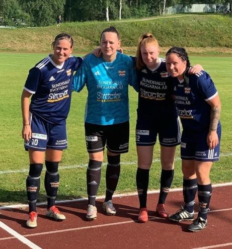 """Kovlands målgörare mot Kågedalen plus """"målvaktsnolla"""", fr v Jenny Holmgren, Sara Svensson (mv), Maja Scharin och Angelica Lindholm-Forsell (hattrick). Foto: KIF dam."""