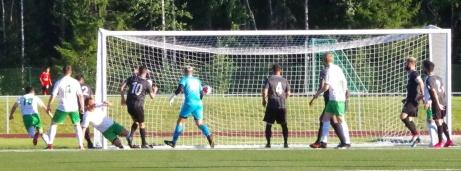Salman Alizaden (nr 18 längst till vänster) nickar in Haik Danielians perfekta hörna fram till 1-0 i seriefinalen mot FC Norr United i en match där hemmalaget till slut vann med 2-1 och övertog serieledningen. Foto: Pia Skogman, Lokalfotbollen.nu.
