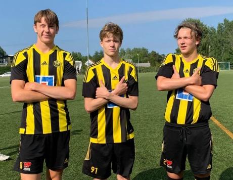 Kuben 2:s målgörare mot Holm. Fr v.Arvid Larsson, Albin Bång och tvåmålsskyttenMatti Pesonen. Foto. Jesper Hellström.