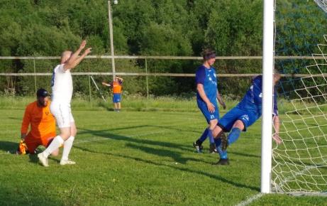 Jerry Backlund, i vitt, sträcker händerna i luften efter sitt första mål för aftonen. 47-åringen skulle strax därpå även sätta FIK:s tredje mål i 4-0-segern. Foto: Pia Skogman, Lokalfotbollen.nu