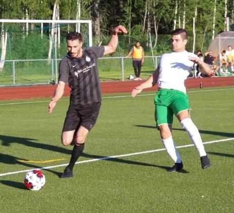 Salo Gavador på väg ner mot kortlinjen där han slår ett hårt inspel som tar på en Ångeförsvarares knä och in i eget mål fram till 1-1. Foto: Pia Skogman, Lokalfotbollen.nu