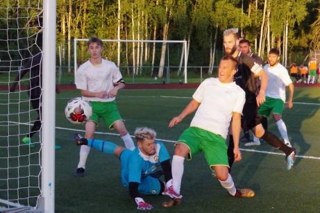 """FC Norr Uniteds målvakt Hari Halilovic gör en fantomräddning när Haris Davic bara ska stöta in bollen i """"tomt mål"""". Foto: Pia Skogman, Lokalfotbollen.nu"""