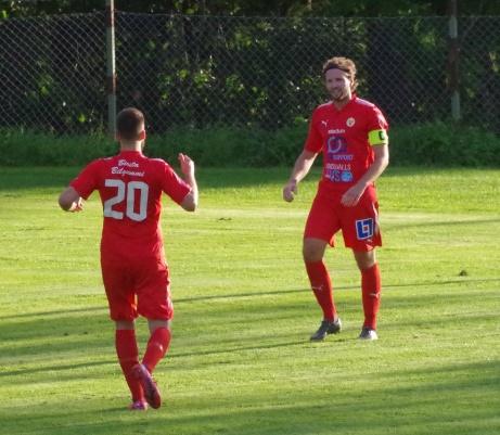 Sunds lagkapten Pelle Nyman har precis rundat Essviks keeper och rullat in 0-1 och är på väg att gratuleras av den blivande 0-2-skytten Bleart Ugzmajli. Foto: Pia Skogman, Lokalfotbollen.nu.
