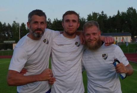 Bild 4. IFK Sundsvalls tre målgörare visar upp sig. Fr v Olle Nordberg, Bleron Saluka och Victor Fahlberg. Foto: Pia Skogman, Lokalfotbollen.nu