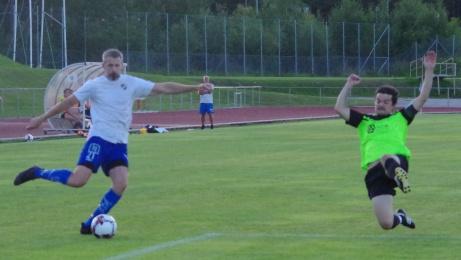 Bild 7. Här blir det straff när Olle Nordbergs inlägg träffar försvararens arm. Foto: Pia Skogman, Lokalfotbollen.nu