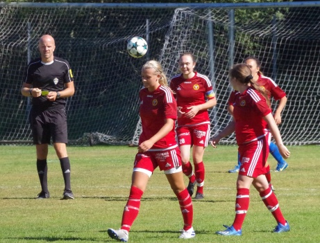 Alnös matchhjälte Tuva Lundin (under bollen) efter sitt segermål mot Stöde. Foto; Pia Skogman, Lokalfotbollen.nu.