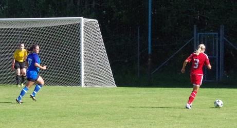 Alnös Tuva Lundin driver bollen på högerkanten och i momentet senare drar hon på ett vinkelskott som sitter perfekt i bortre gaveln och 1-0 är ett faktum. Foto: Pia Skogman, Lokalfotbollen.nu.