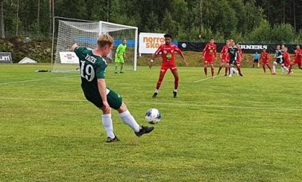 Dory Yates lyfter in en frispark när Östavall vann mot Anundsjö med 4-1 och tog tre friska poäng. Foto: Lars-Gunnar Nordlander, ÖIF.
