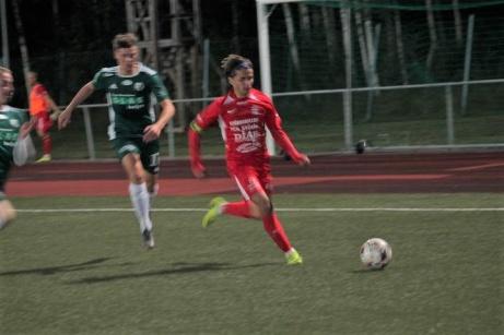 Stödes Josh Chatee forsar fram i DM-semifinalen på Ånge IP mot Östavall. Foto: Roger Mattsson, Lokalfotbollen.nu