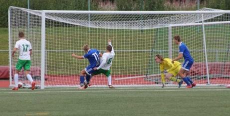 Är man rutinerad och kämpar väl så ska bollen i mål, Haris Devic gav sig inte utan  reducerade till 3-7 för Ånge.  Foto: Roger Mattsson