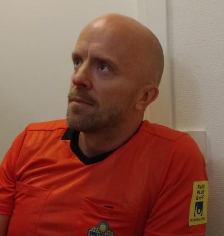 Domaren Roger Lundbäck. Foto: Pia Skogman, Lokalfotbollen.nu