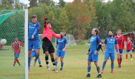 Matchens delikatess var när Matfors 2:s Linus Wallin skruvade in 0-5 direkt på hörna. Foto: Roger Mattsson, Lokalfotbollen.nu.