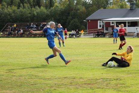 Ännu en ung Fränsta tjej med fart , denna gång Emilia Broström. Foto: Roger Mattsson, Lokalfotbollen.nu