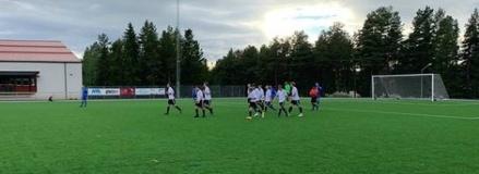 Matforsgrabbarna, för dagen i vita tröjor, klappar om varandra efter Robin Bergmans 3-1-mål borta mot Järpen i den 88:e minuten. Foto: Jacob Larsson.
