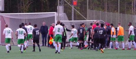 Tumultet i full gång sedan en FC Norr United-spelare fått en spark i huvudet av en Ångespelare och en hemmasupporter i röd keps sprungit in på planen och betett sig. Foto: Pia Skogman, Lokalfotbollen.nu
