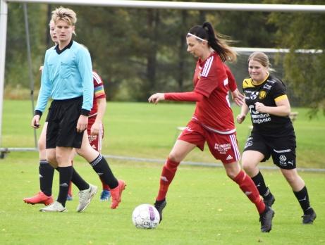 Alnö var hela tiden steget före Långsele på Faxängen och vann med klara 4-0. På bilden är det veteranen Rosie Nlsson, tillbaka efter barnafödande, som driver på. Foto: Christer Crille Olofsson, CSportbloggen.