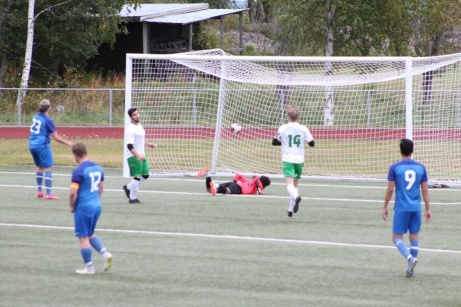Ånge tog hem västraderbyt mot Fränsta med 5-0. Här har Valerik Danielian skickat in boll nummer 1. Foto. Roger Mattsson, Lokalfotbollen.nu.