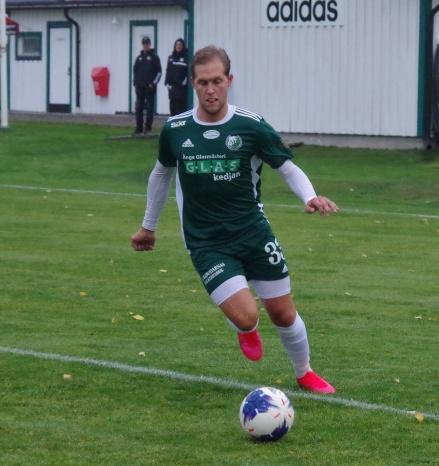 """Andreas """"Linkan"""" Lindqvist avslutade årets säsong med ett hattrick när Östavall säkrade nytt division 3-kontrakt efter 5-1 mot Iggesund. Foto: Pia Skogman, Lokalfotbollen.nu"""