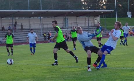 Bleron Saluka hinner före Torpshammars målvakt Simon Thyrén och sätter IFK Sundsvalls viktiga 2-1-mål i 3-2-segern. Foto: Pia Skogman, Lokalfotbollen.nu.