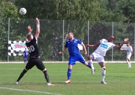 Matfors Robin Bergman (i blått) gör ett av sina mål i hemmamatchen mot Kramfors-Alliansen. Foto: Pia Skogman, Lokalfotbollen.nu.