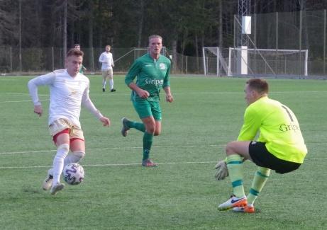 Det började bra i division 3-kvalet för Lucksta med en 6-0-seger över Ilsbo. Här är en av målskyttarna Semir Salia framme men den här gången drar gästernas målvakt Jonathan Berg det längsta strået. Foto: Pia Skogman, Lokalfotbollen.nu.
