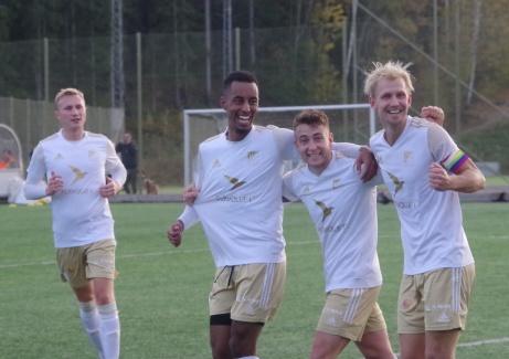 Lokalfotbollens fotograf har lyckats få med dagens samtliga målgörare på en och samma bild när kvartetten jublar efter Semir Salias 3-0-mål. Fr v Joakim Edström (5-0), Samuel Keflit (1-0 och 2-0), Semir Salia (3-0) samt Oliver Widahl (4-0 och 6-0). Foto: Pia Skogman, Lokalfotbollen.nu.