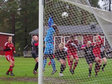 Bild 1. Maya Hulinder avslutar Alnös lyckosamma säsong med att sätta 4-0 på frispark. Foto: Pia Skogman, Lokalfotbollen.nu