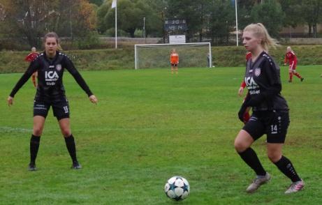 Bild 4. Linn Öberg inväntar vad Emma Lindahl  ska göra. Foto: Pia Skogman, Lokalfotbollen.nu