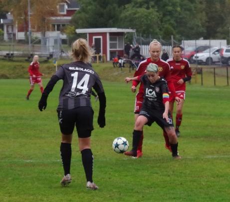 Bild 10. Emma Lindahl och Joanna Fuenzalida på framfart...Foto: Pia Skogman, Lokalfotbollen.nu