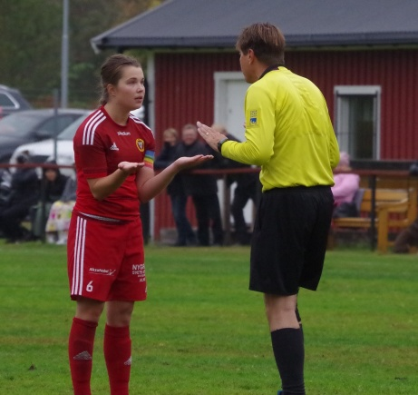 Bild 17. Alnös kapten Emma Häggquist diskuterar med Per Backlin. Foto: Pia Skogman, Lokalfotbollen.nu