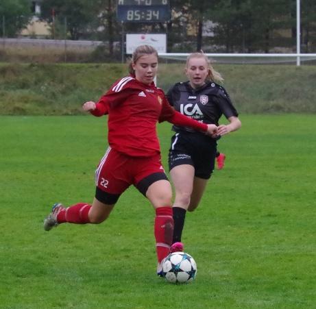 Bild 22. Alnös Elsa Edström driver på! Foto: Pia Skogman, Lokalfotbollen.nu