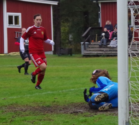 Bild 23. Marlene Laggren kämpar mot mål! Foto: Pia Skogman, Lokalfotbollen.nu
