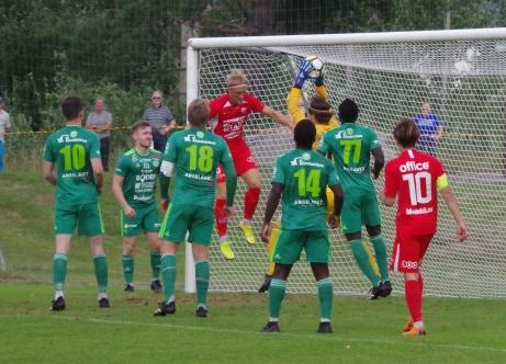 Stöde förlorade sin första match då Boden kom på besök med sin målvakt Simon Bandh (i gult) som spelade stabilt och gjorde ett par fantomräddningar. Foto; Pia Skogman, Lokalfotbollen.nu.