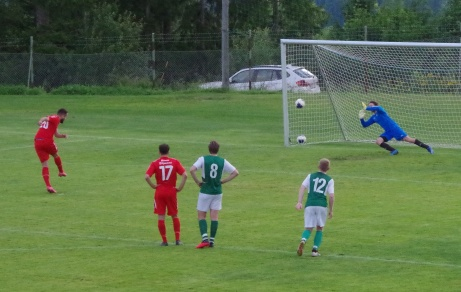 Bild 6. Sunds skytteligaledare dundrar in 2-0 på straff sedan han själv i momentet tidigare blivit fälld. Foto: Pia Skogman, Lokalfotbollen.nu