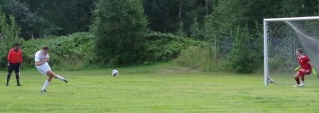Bild 1. Henrik Pedersen fastställer Indals seger till 5-0 på straff mot Medskogsbro med en distinkt bredsida. Hemmakeepern Markus Holdo är maktlös och till vänster har domaren Sami Hassan stenkoll på att allt går rätt till. Foto: Pia Skogman, Lokalfotbollen.nu.
