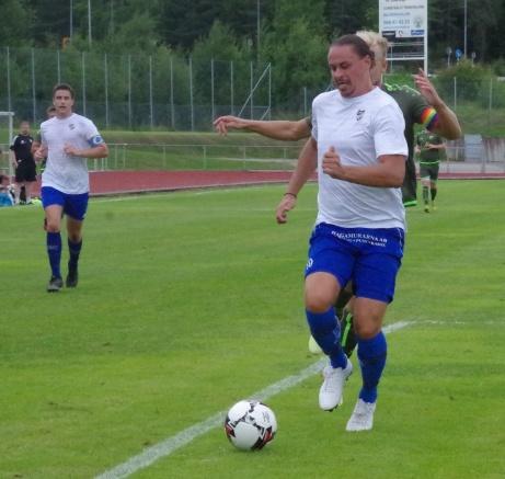 Bild 1. Johan Hallström var en gigant i IFK Sundsvalls mittförsvar och en av nycklarna till den överraskande segern mot topplaget Lucksta. Foto: Pia Skogman, Lokalfotbollen.nu