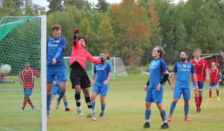 Bild 1. Matchens delikatess var när Matfors 2:s Linus Wallin skruvade in 0-5 direkt på hörna. Foto: Roger Mattsson, Lokalfotbollen.nu.