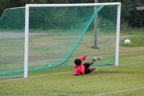 Här sätter Alex Berggren 0-3 på straff i den första halvlekens sista minut. Fränstas unge keeper Youssef Aljadi är chanslös. Foto: Roger Mattsson, Lokalfotbollen.nu